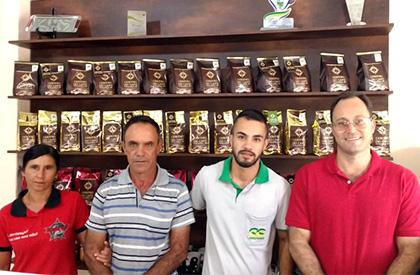 Dona Hilda, Sebastião Daniel e Cleverson, 2° e 9° colocação no Cup of Excellence 2016, e Roney Villela (CCCM).