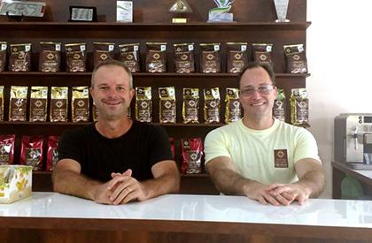 Luiz Flavio, campeão da edição 2011 do Cup of Excellence, e Roney Villela (CCCM).