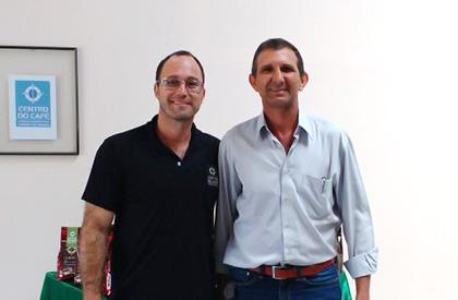 Sebastião Afonso, vencedor das edições 2014 e 2015 do Cup of Excellence e detentor do recorde mundial para cafés naturais, e Roney Villela (CCCM).