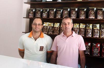 Vinicius Pereira, campeão da edição 2012 do Cup of Excellence, e Roney Villela (CCCM).